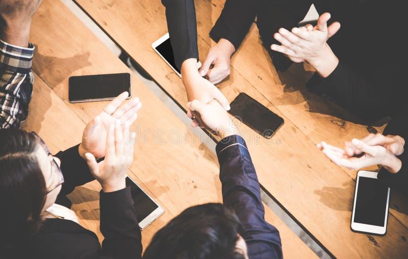 Affärshandskakning på mötet eller förhandling i kontoret Partners tillfredsställs, därför att möta det teknologianslutning och te arkivbilder