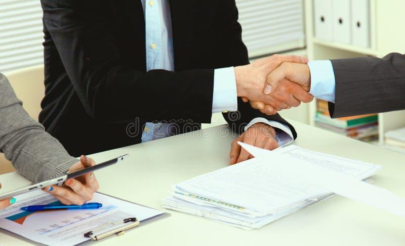 Affärshandskakning Två affärsmän skakar hand med varandra arkivfoton
