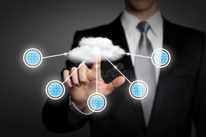 Affärsidé - affärsman trycker på den faktiska pekskärmmanöverenheten - molnberäkning fotografering för bildbyråer