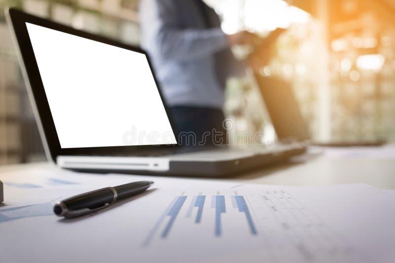 Affärsidé bild av den unga affärsmannen som använder teblet på woren fotografering för bildbyråer
