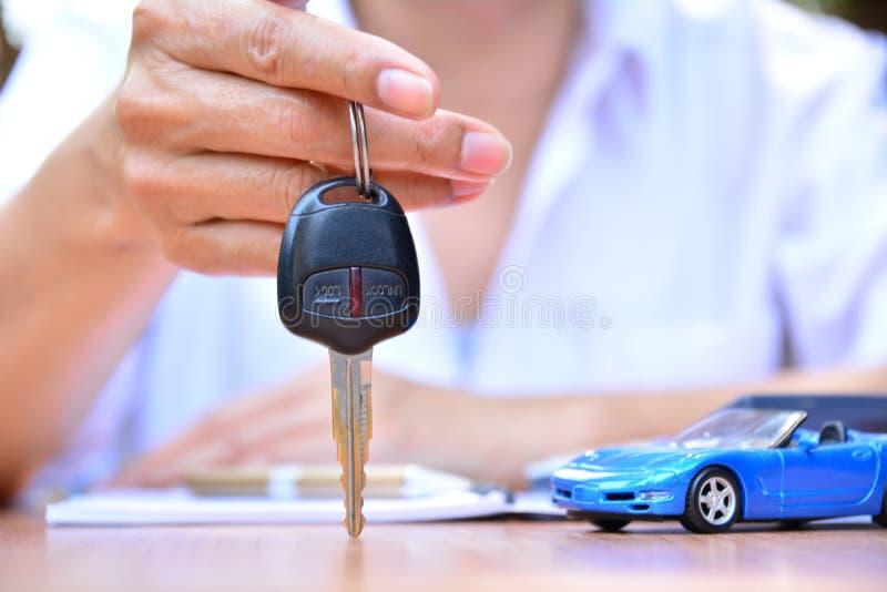 Affärsidé, bilförsäkring, försäljning eller köpbil, bilfinansiering, arkivfoto