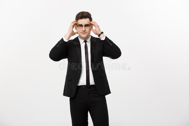 Affärsidé: Exponeringsglas för stilig ung affärsman för stående som bärande isoleras över vit bakgrund arkivfoton
