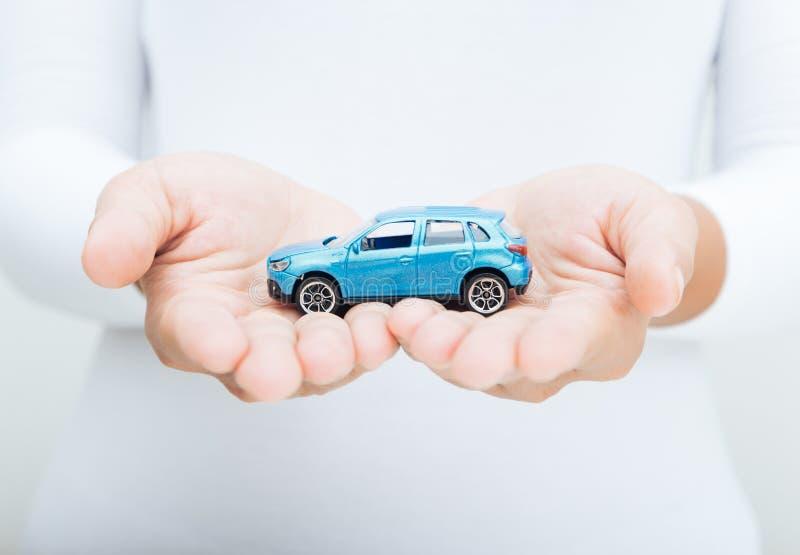 Affärsidé för bil för kvinnahandhåll arkivbilder