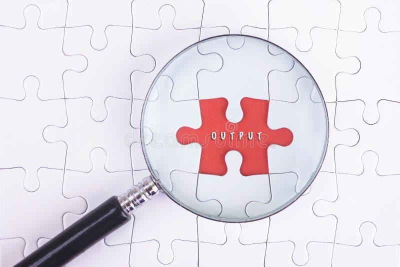 Affärsidé - förstoringsapparatexponeringsglas på vit puzze med EFTERBEHANDLINGSord arkivbilder