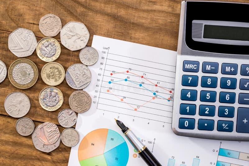 Affärsidé - graf, pengar och räknemaskin arkivfoton
