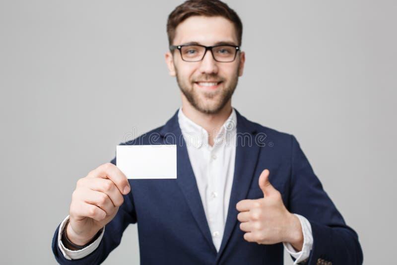 Affärsidé - stilig affärsman för stående som visar det kända kortet med att le den säkra framsidan Vit bakgrund kopiera avstånd royaltyfri fotografi