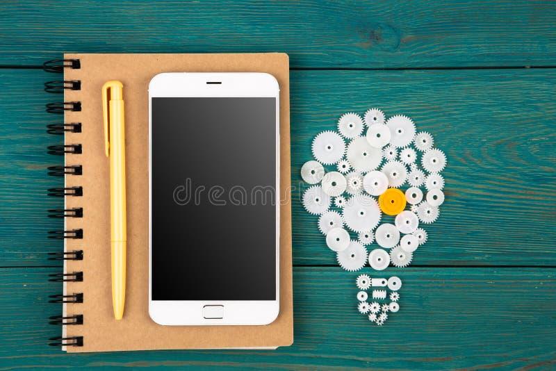 Affärsidébegrepp - kulatecken och telefon på skrivbordet royaltyfri foto