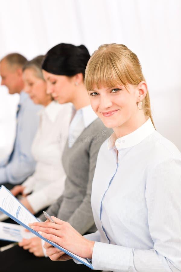 affärsintervjufolket rapporterar att vänta för study arkivfoto