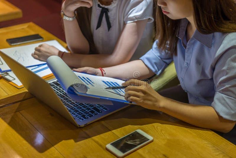 Affärskkvinnlig handpenna, läsa affärsrapport royaltyfri fotografi
