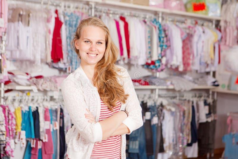 affärskläder shoppar litet royaltyfria foton