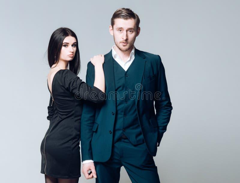 Affärsklänningkod För blickkors för man som lyckad brunn ansas i klassisk formell dräkt Formell svart klänning för damkläder arkivbilder