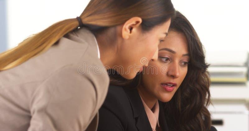 Affärskollegor för blandat lopp som har en diskussion arkivfoton