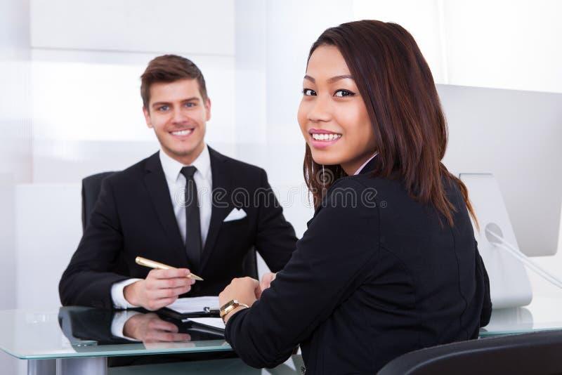 Affärskollegor i möte arkivfoton