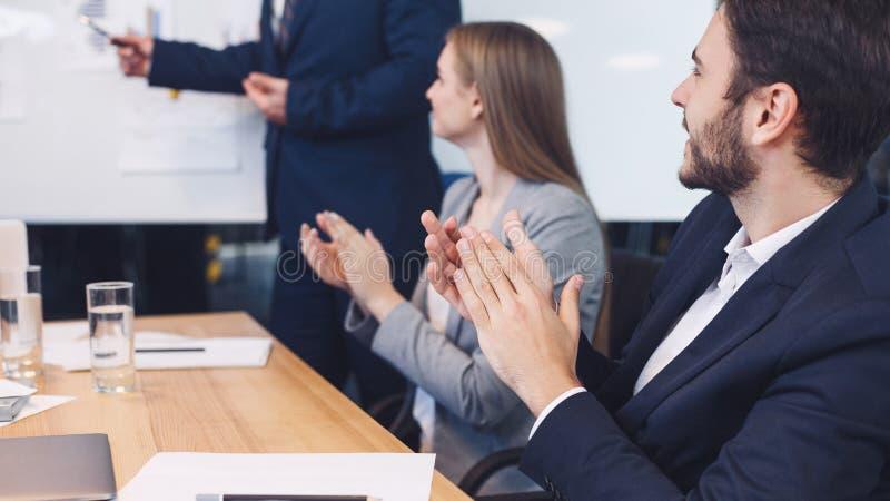 Affärskollegor som applåderar till reporter på seminariet arkivbild
