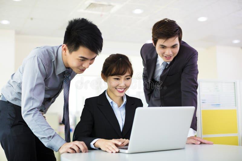 Affärskollegor som arbetar i kontoret royaltyfria bilder