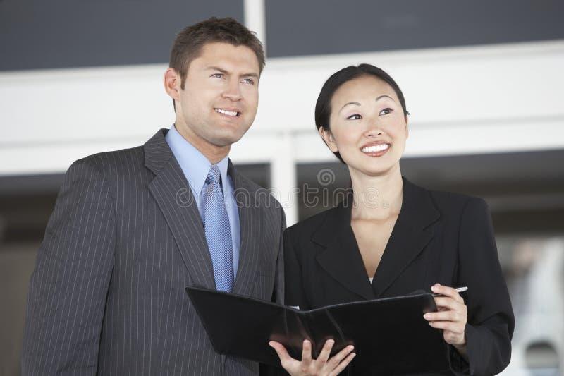 Affärskollegor som bort ser royaltyfria foton