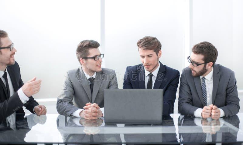 Affärskollegor som diskuterar affärsplan på mötet arkivfoton