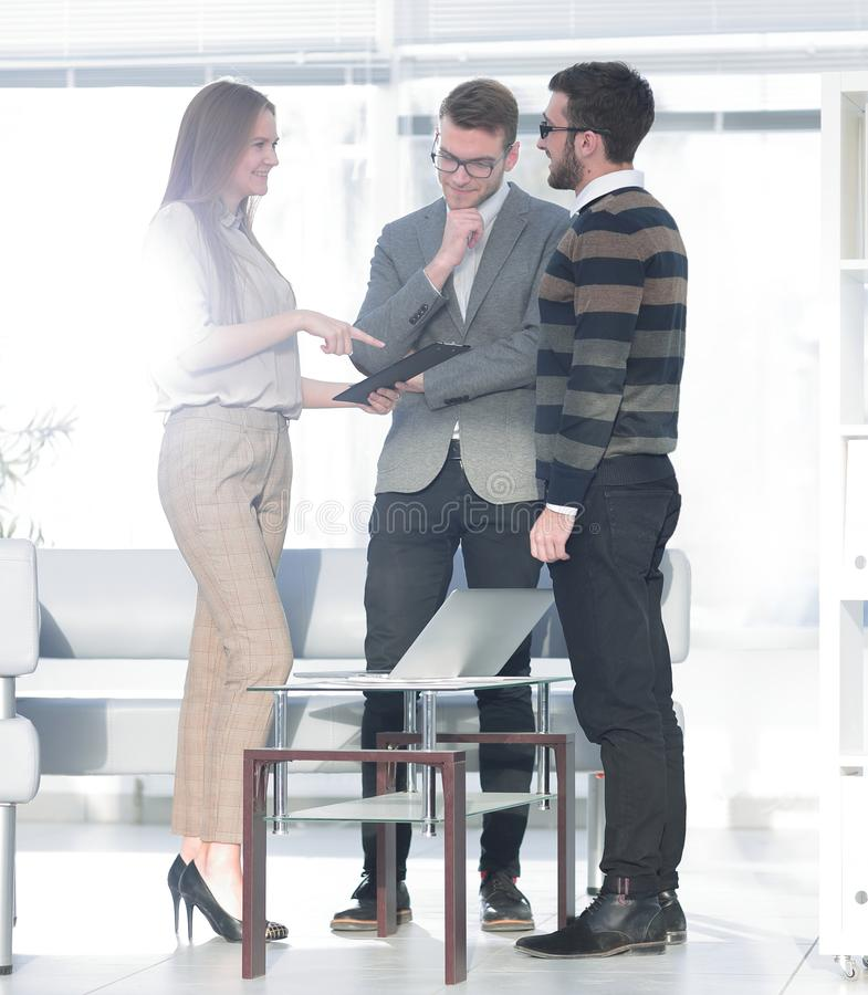 Affärskollegor som diskuterar på det idérika kontoret royaltyfri fotografi