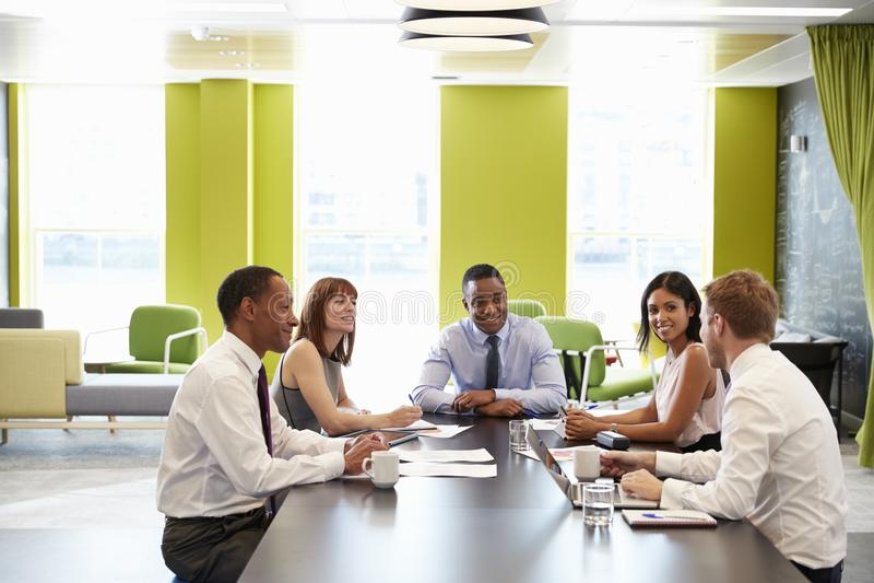 Affärskollegor som har ett informellt möte på arbete arkivbilder