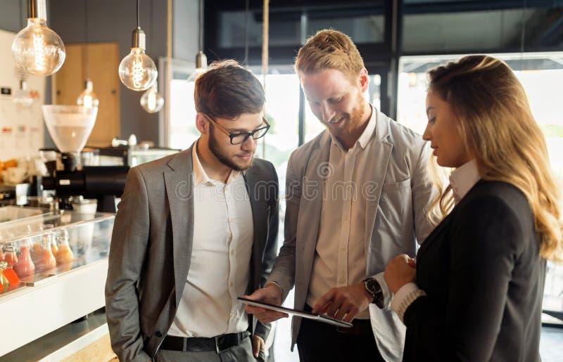 Affärskollegor som möter på kafét royaltyfria bilder