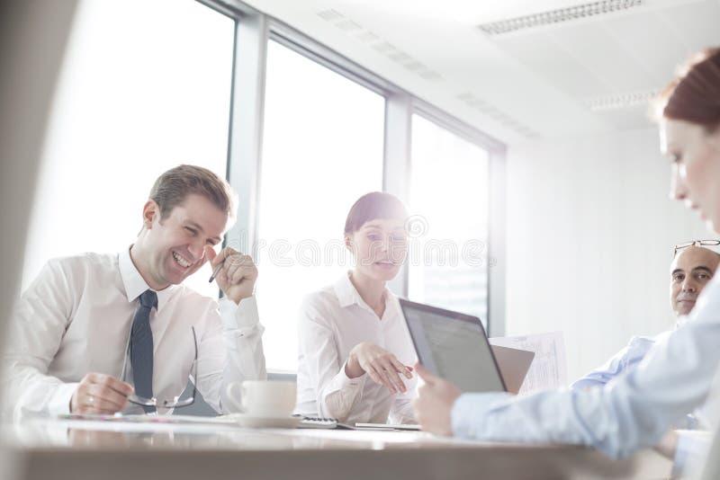 Affärskollegor som planerar under möte i styrelse på det moderna kontoret fotografering för bildbyråer