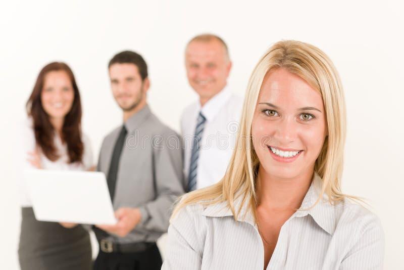affärskollegor som poserar den nätt kvinnan royaltyfri bild