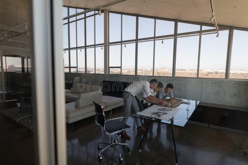 Affärskollegor som ser husmodellen arkivbilder