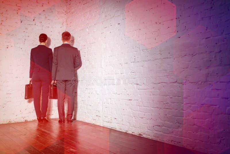 Affärskollegor som står i hörn på kontoret arkivfoton
