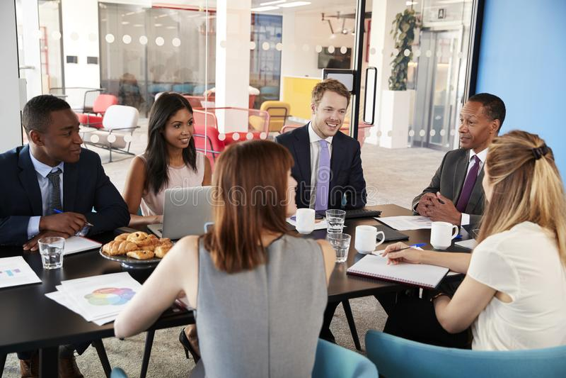Affärskollegor som talar i en mötesrum royaltyfri bild