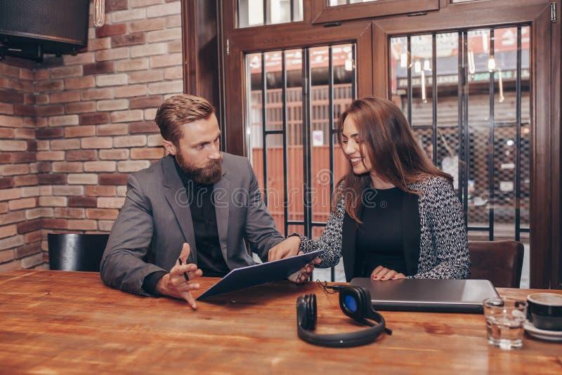 Affärskollegor som tillsammans arbetar i kafé royaltyfri bild