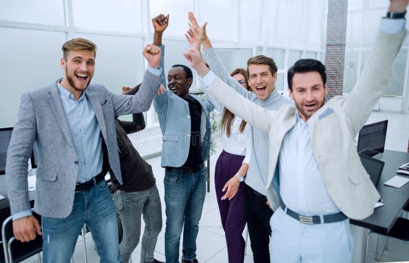 Affärskollegor som tillsammans sammanfogar deras händer royaltyfria foton