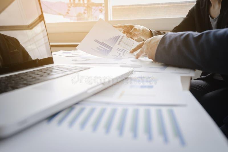 Affärskonsulent som analyserar finansiella diagram som betecknar progren royaltyfria bilder