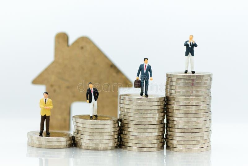 Affärskonsulenter på finansiella transaktioner för bostadslån, miniatyrfolk Bildbruk för finansiellt, affärsidé royaltyfria bilder