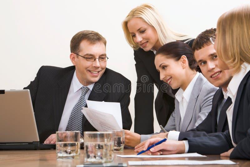 affärskonversation arkivbild