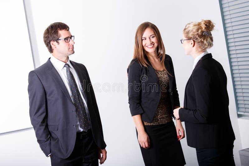 affärskonversation som har folk fotografering för bildbyråer