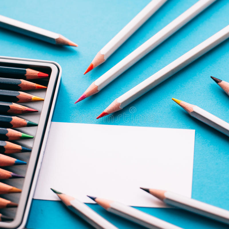 Affärskort av målaren och blyertspennor arkivbild