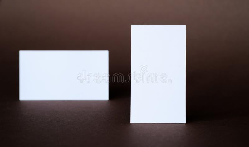 Affärskort på en mörk bakgrund arkivfoto