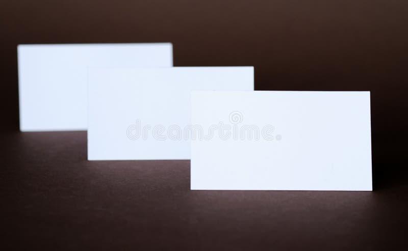 Affärskort på en mörk bakgrund royaltyfri bild