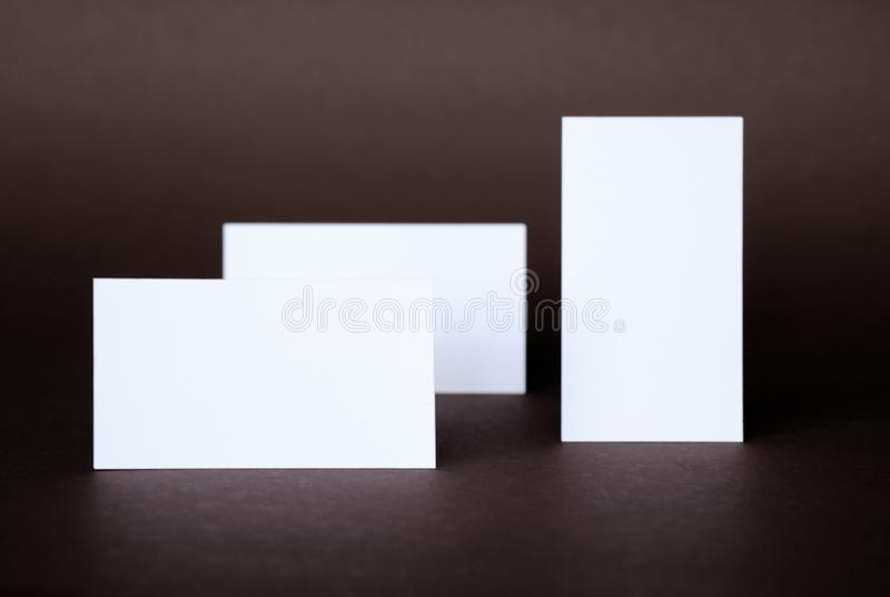 Affärskort på en mörk bakgrund arkivbilder