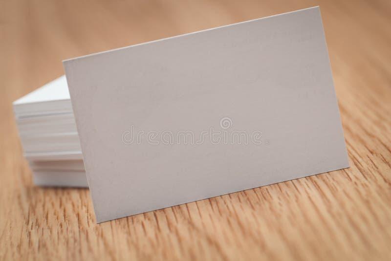Affärskort på skrivbordet arkivfoton