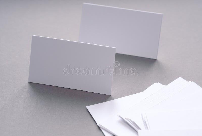 Affärskort på skrivbordet arkivbild