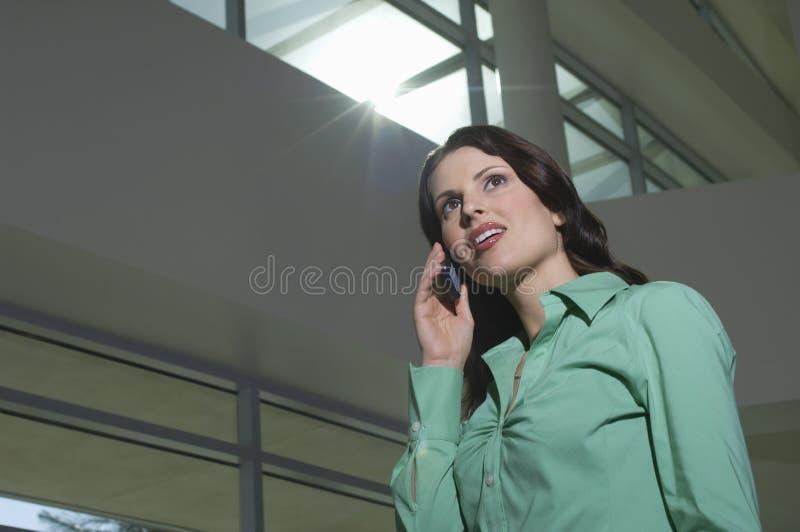 Affärskvinna On Call arkivbild