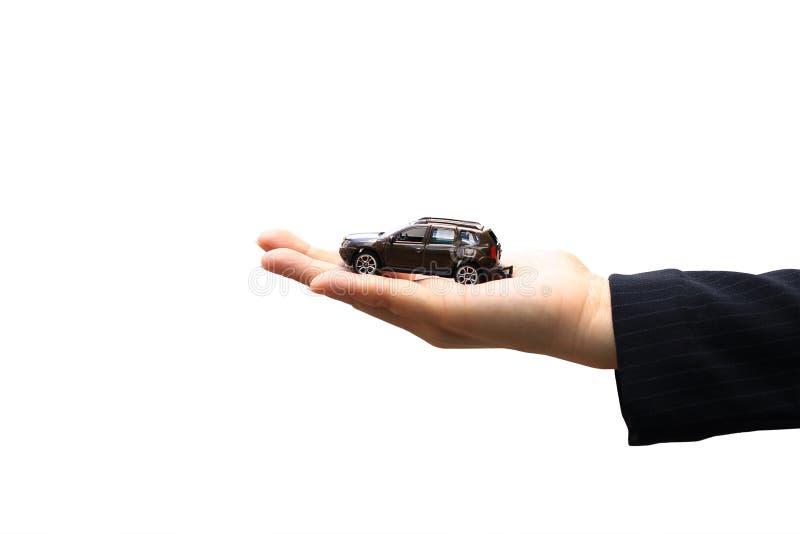 Affärskvinna eller försäljare som rymmer miniatyrbilmodellen, automatisk affär, bilhandel, lån för bilbegrepp royaltyfri foto