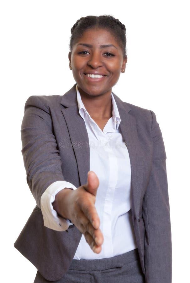 Affärskvinna från Afrika som ger handen royaltyfri foto