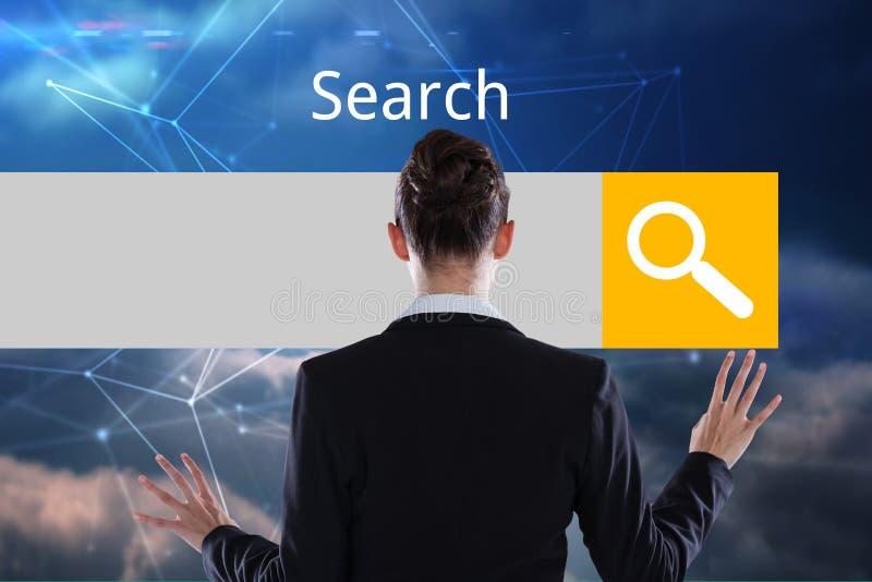 Affärskvinna framme av den digitala sökandestången royaltyfria foton