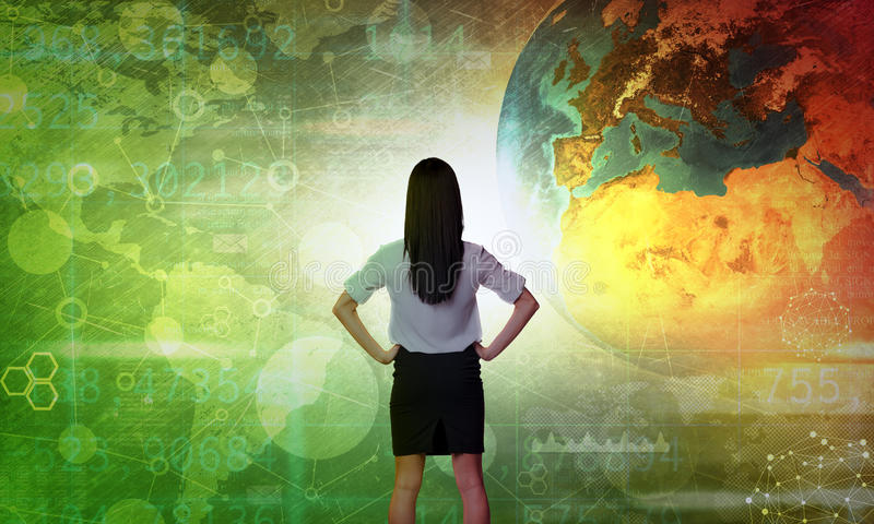 Affärskvinna framme av den holographic skärmen arkivbild