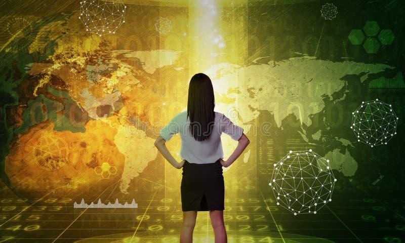 Affärskvinna framme av den holographic skärmen arkivbilder
