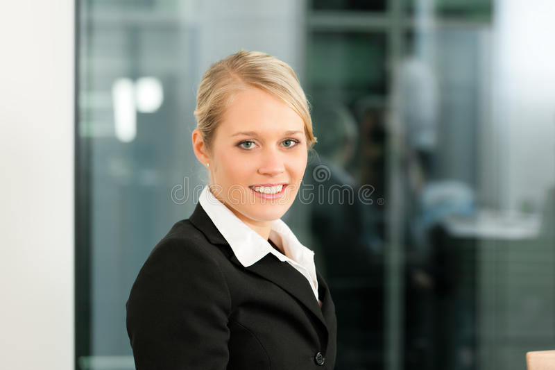 affärskvinna henne kontorsbarn royaltyfri fotografi