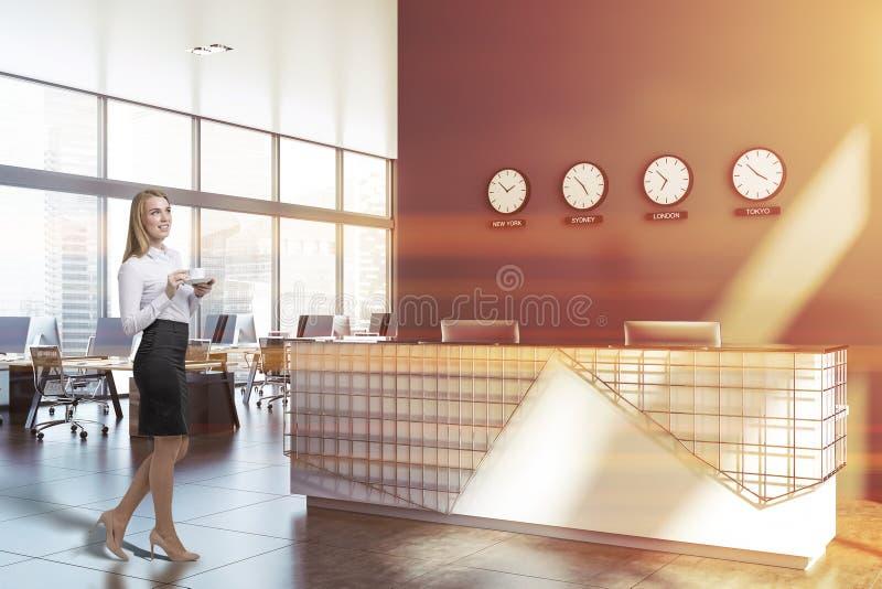 Affärskvinna i öppet utrymmekontor med mottagande arkivfoto