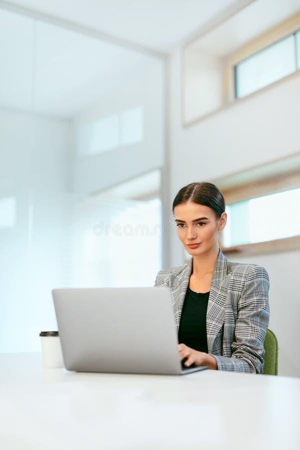 Affärskvinna, i att arbeta på datoren i regeringsställning arkivfoton